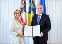 Landeshauptfrau Johanna Mikl-Leitner übergab das Ernennungsdekret zum Landesamtsdirektor-Stellvertreter an Gerhard Dafert.