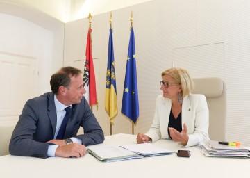Landeshauptfrau Johanna Mikl-Leitner und Wirtschafts-Landesrat Jochen Danninger freuen sich über die hohe Investitionsbereitschaft der Betriebe in Niederösterreich