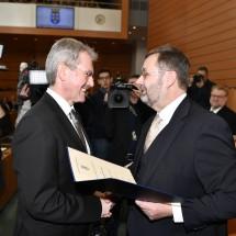 Der scheidende Landtagspräsident Hans Penz überreichte das Ernennungsdekret an seinen Nachfolger Karl Wilfing.