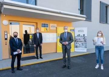 Schlüsselübergabe in Bad Vöslau, von links: Direktor Anton Bosch, Bürgermeister DI Christoph Prinz, Landesrat Martin Eichtinger und Mieterin Vanessa Polyak.