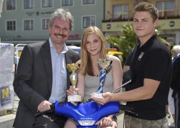 Mehr Verkehrssicherheit für Jugendliche: Landesrat Mag. Karl Wilfing mit Sylvia Rogler und Maximilian Swatschina, den Siegern des Landesmopedbewerbs.