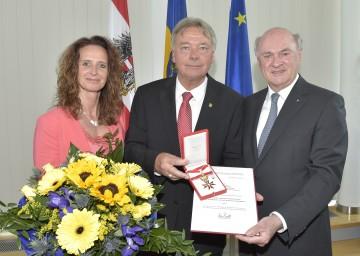 """Das \""""Große Goldene Ehrenzeichen für Verdienste um die Republik Österreich\"""" nahm Klubobmann Alfredo Rosenmaier (im Bild mit Gattin Doris) aus den Händen von Landeshauptmann Dr. Erwin Pröll entgegen. (v.l.n.r.)"""