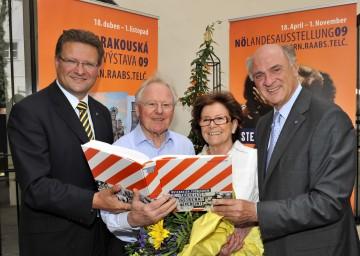 Landeshauptmann Dr. Erwin Pröll konnte heute mit Ing. Horymir (2.v.l.) und Karin Bouda (2.v.r.) die 100.000. Besucher der NÖ Landesausstellung begrüßen.