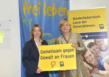 Foto: Elisabeth Cinatl, Sprecherin der Frauenberatungsstellen in Niederösterreich, und Frauen-Landesrätin Mag. Barbara Schwarz präsentieren Initiativen gegen Gewalt an Frauen (v.l.n.r.).