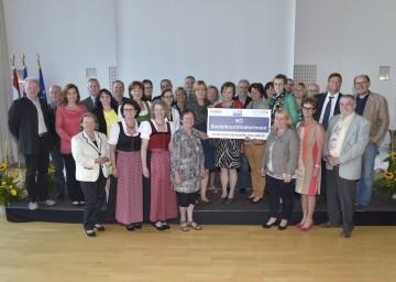 Die neuen SozialkoordinatorInnen nach der Übergabe der Teilnahmebestätigungen durch LR Mag. Barbara Schwarz.