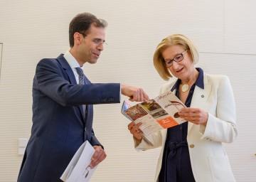 Bei einem Besuch bei Landeshauptfrau Johanna Mikl-Leitner überreichte der künstlerische Leiter des Allegro Vivo Festivals Vahid Khadem-Missagh das druckfrische Festivalprogramm 2021.
