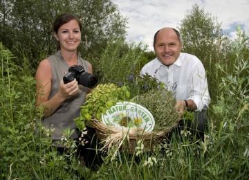 """""""Natur im Garten"""" lädt zum Fotowettbewerb. Im Bild: DI Gisela Gundacker (Natur im Garten), Landeshauptmann-Stellvertreter Mag. Wolfgang Sobotka."""