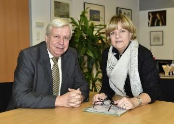 Landesschulrats-Präsident Mag. Johann Heuras und Bildungs-Landesrätin Mag. Barbara Schwarz gratulieren zum erfolgreich absolvierten Wintersemester. (v.l.n.r.)