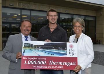 Bad Erlachs Bürgermeister Johann Rädler (links) und LR Dr. Petra Bohuslav gratulierten dem 1.000.000sten Besucher der Therme Linsberg Asia Marco Riederer aus Wien.