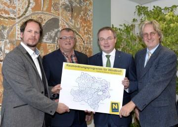 Raumordnungsprogramm für Windkraft in Niederösterreich präsentiert: Gabor Wichmann, Präsident Gerhard Heilingbrunner, Energie-Landesrat Dr. Stephan Pernkopf und DI Thomas Knoll (v.l.n.r.)