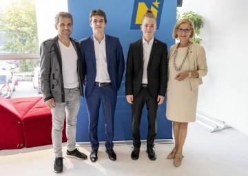 Business Angel Michael Altrichter, Schüler, die die Matura mit ausgezeichnetem Erfolg abgelegt haben und Landeshauptfrau Johanna Mikl-Leitner (v.l.n.r.)