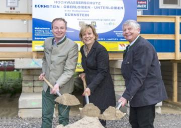 Spatenstich für Hochwasserschutzprojekt in Dürnstein: Landesrat Dr. Stephan Pernkopf, Landesrätin Mag. Barbara Schwarz und Bürgermeister Ing. Johann Schmidl. (v.l.n.r.)