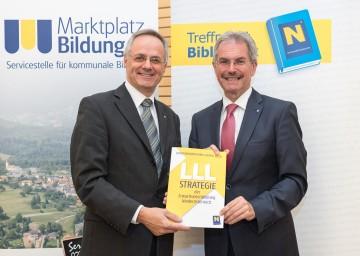 """Mag. Andreas Hartl, Vorsitzender des Forums Erwachsenenbildung Niederösterreich, und Landesrat Mag. Karl Wilfing präsentieren die """"LLL-Strategie 2020"""" zum lebenbegleitenden Lernen in Niederösterreich (von links nach rechts)."""