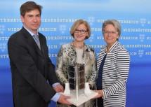 Carsten Scharlemann von der FH Wiener Neustadt, Landeshauptfrau Johanna Mikl-Leitner und Landesrätin Petra Bohuslav (von links nach rechts).