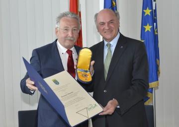 Landeshauptmann Dr. Erwin Pröll verlieh das Goldene Komturkreuz des Ehrenzeichens für Verdienste um das Bundesland Niederösterreich an Hermann Haneder.