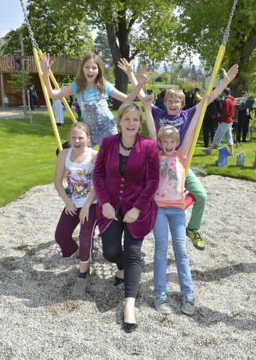 Familien-Landesrätin Mag. Barbara Schwarz und Kinder bei der Spielplatzeröffnung in Zeiselmauer-Wolfpassing.