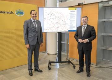 Straßenbaudirektor Josef Decker und Mobilitätslandesrat Ludwig Schleritzko stellten die Projekte zum Mobilitätspaket nördliches Niederösterreich vor.