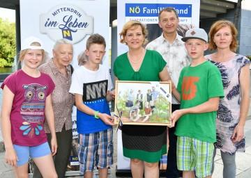 Landesrätin Barbara Schwarz (Mitte) überreichte an Familie Pichler aus Bad Traunstein ihr von einer niederösterreichischen Künstlerin gemaltes Familienporträt.