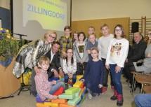 Landeshauptfrau Johanna Mikl-Leitner, Bürgermeister Harald Hahn und die Kinder von Zillingdorf freuen sich auf den neuen Kindergarten.