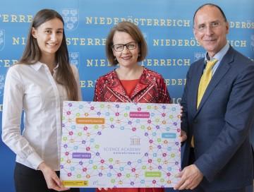 """Stellten die neue """"Science Academy Niederösterreich"""" vor: Landesrätin Christiane Teschl-Hofmeister (m.) mit Viktoria Zach (l.) und Peter Filzmaier (r.)"""