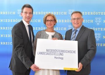Der operative Geschäftsführer der NÖ Landesausstellung, Guido Wirth, und Landeshauptfrau Johanna Mikl-Leitner freuen sich mit Bürgermeister Gernot Haupt über die Entscheidung für Marchegg als Austragungsort für die NÖ Landesausstellung 2022. (v.l.n.r.)