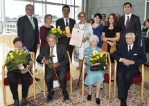 Universitätsprofessor Martin Gerzabek und Landeshauptfrau Johanna Mikl-Leitner mit der Familie des Ausgezeichneten.