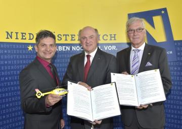 Vertragsunterzeichnung im NÖ Landhaus: Landesrat Ing. Maurice Androsch, Landeshauptmann Dr. Erwin Pröll und ÖAMTC-Präsident Dkfm. Werner Kraus (v. l. n. r.).