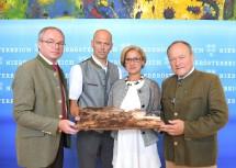 LH-Stellvertreter Stephan Pernkopf, Waldverbandsobmann Franz Fischer, Landeshauptfrau Johanna Mikl-Leitner und Landwirtschaftskammerpräsident Hermann Schultes (von links nach rechts).