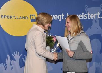 Landeshauptfrau Johanna Mikl-Leitner mit Katharina Gallhuber bei der Verabschiedung der niederösterreichischen Olympia-Teilnehmer Ende Jänner.
