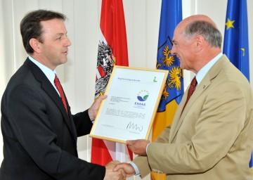 Bundesminister DI Nikolaus Berlakovich überreichte das EMAS-Zertifikat an Landeshauptmann Dr. Erwin Pröll.