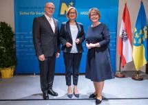 Amtsübergabe an der BH Krems: Landeshauptfrau Johanna Mikl-Leitner mit dem neuen Bezirkshauptmann Günter Stöger und seiner Vorgängerin Elfriede Mayerhofer