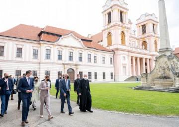 Landesrat Jochen Danninger, Präsidentin Kersti Kaljulaid, Bundespräsident Alexander Van der Bellen und Abt Columban Luser