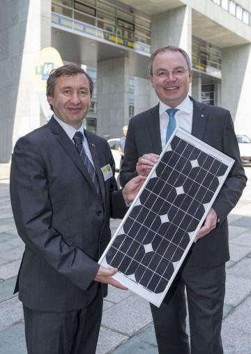 Dr. Herbert Greisberger, Geschäftsführer der Energie- und Umweltagentur NÖ, und Energie-Landesrat Dr. Stephan Pernkopf freuen sich über den großen Zuwachs an Sonnenstrom-Produktion. (v.l.n.r.)