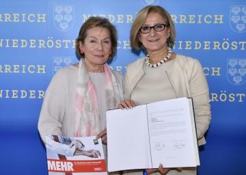 """Wirtschaftskammer-Präsidentin Sonja Zwazl und Landeshauptfrau Johanna Mikl-Leitner mit dem unterzeichneten Programm """"Mehr für Niederösterreichs Wirtschaft"""" von Land Niederösterreich und Wirtschaftskammer Niederösterreich (v.l.n.r.)."""