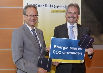 Landesrat Mag. Karl Wilfing und Helmut Krenn, kaufmännischer Geschäftsführer der NÖ Landeskliniken-Holding, präsentieren den Weg der Landeskliniken zu Energiesparmeistern (von rechts nach links).