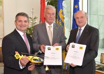 Unterzeichneten heute den Vertrag: Landesrat Ing. Maurice Androsch, ÖAMTC-Präsident Werner Kraus und Landeshauptmann Dr. Erwin Pröll (v. l. n. r.).