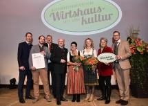 """Den Titel \""""Einsteiger des Jahres\"""" erhielt die Familie Hueber vom Gasthof Hueber in St. Georgen an der Leys."""