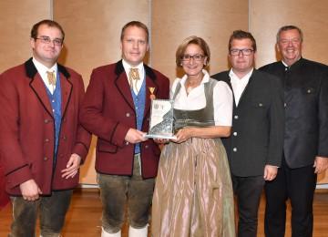 Den Ehrenpreis in Bronze erhielt die Musikkapelle Türnitz (Bezirk Lilienfeld) von Landeshauptfrau Johanna Mikl-Leitner (Mitte) überreicht.