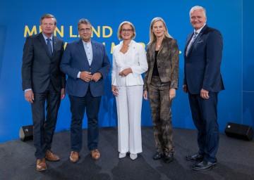 Von links nach rechts: Landesrat Gottfried Waldhäusl, Sigmar Gabriel, Landeshauptfrau Johanna Mikl-Leitner, Nina Ruge und LH-Stellvertreter Franz Schnabl.