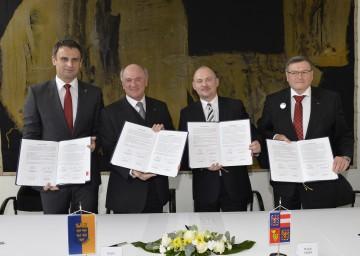 Unterzeichnung des Arbeitsübereinkommens (v. l. n. r.): Kreishauptmann Zimola (Südböhmen), Landeshauptmann Dr. Erwin Pröll, Kreishauptmann Hasek (Südmähren) und Kreishauptmann Behounek (Vysocina).