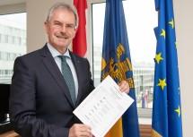 Landtagspräsident Karl Wilfing mit dem Stimmzettel.