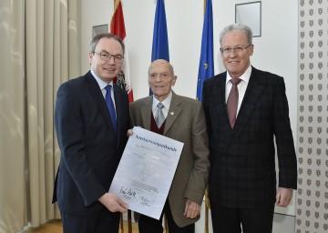 Umwelt-Landesrat Dr. Stephan Pernkopf (links) und DI Christian Labut (rechts) dankten Josef Grimm (Mitte) für seine langjährige Tätigkeit als Messstellenbeobachter.