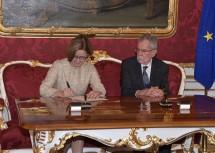 Die Angelobung im Sinne der Bundesverfassung wurde durch Handschlag und Unterschrift bekräftigt.