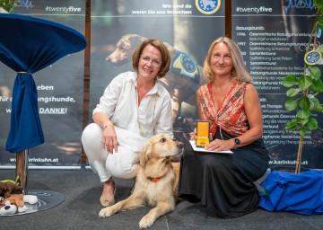 Landesrätin Christiane Teschl-Hofmeister und Geschäftsführerin Karin Kuhn (Rettungshunde Niederösterreich)