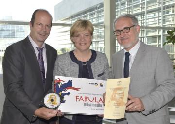 Über die Auszeichnung für NÖ Media freuen sich Johann Lackenbauer, Leiter des NÖ Medienzentrums, Bildungs-Landesrätin Mag. Barbara Schwarz und Thomas Höbart, Fachbereichsleiter Digital Services des NÖ Medienzentrums. (v.l.n.r.)