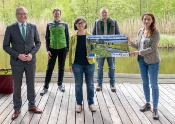 Von links nach rechts: LH-Stellvertreter Stephan Pernkopf, Christian Übl (Nationalpark Thayatal), Margit Gross (Naturschutzbund NÖ), Horst Dolak (Nationalpark Heidenreichsteiner Moor), Barbara Dolak (Naturpark Hochmoor Schrems)