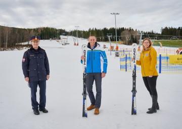 Landespolizeidirektor Franz Popp, Landesrat Jochen Danninger und Projektleiterin Isabella Hinterleitner gaben einen Ausblick auf den bevorstehenden Saisonstart in den NÖ-Skigebieten.