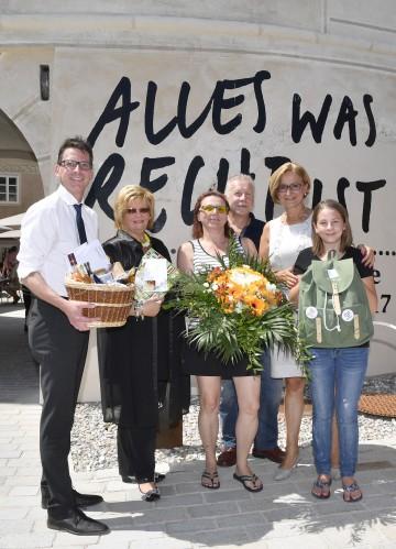 Guido Wirth, Geschäftsführer der NÖ Landesausstellungen (links), Bürgermeisterin Margit Straßhofer (Zweite von links), und Landeshauptfrau Johanna Mikl-Leitner (Zweite von rechts) begrüßten Ulrike, Anton und Johanna Koppensteiner in Pöggstall (v.l.n.r.)