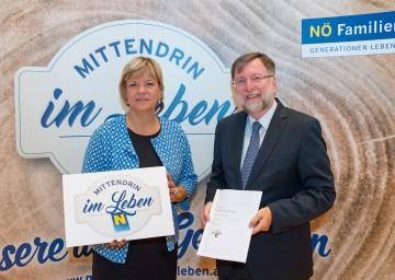 """Landesrätin Mag. Barbara Schwarz und Professor Dr. Franz Kolland präsentierten die neue Marke """"mittendrin im Leben"""", welche die Bedürfnisse der aktiven älteren Generation in den Mittelpunkt stellt."""