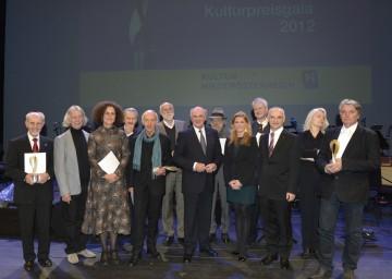 LH Dr. Erwin Pröll mit den Würdigungspreisträgern.